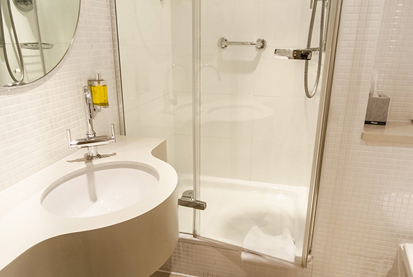 A modern bathroom at the Doubletreeby Hilton, Manchester Piccadilly. Photo by Manface.